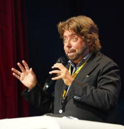 """Nerve deinen Kunden nicht! – Auszug aus dem Vortrag """"Vorhölle eCommerce – Was Kunden richtig sauer macht!"""" von Prof. Dr. Nils Hafner – Videomitschnitt der #dcomzh"""